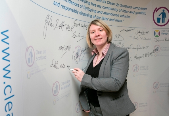 Siobhan signing the Clean up Scotland pledge